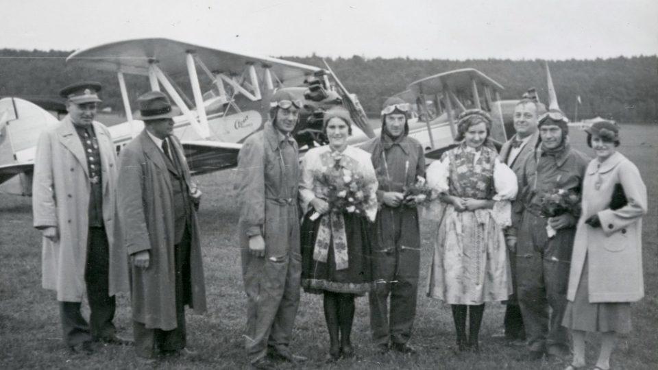 Legendární akrobatické trio Novák, Hubáček, Široký před svými stroji Avia B - 122 na vysokomýtském letišti při leteckém dni 27. září 1937. Ze sbírek Regionálního muzea ve Vysokém Mýtě