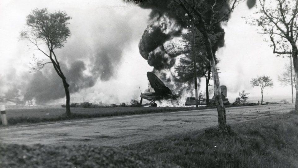 Hořící letouny německé Luftwaffe 8. května 1945. Ze sbírek Regionálního muzea ve Vysokém Mýtě