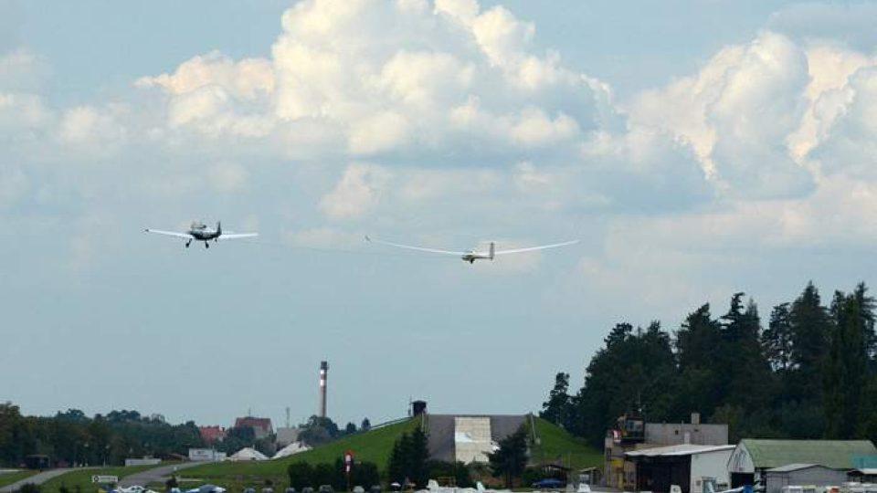 Letadlo táhne větroně do vzduchu