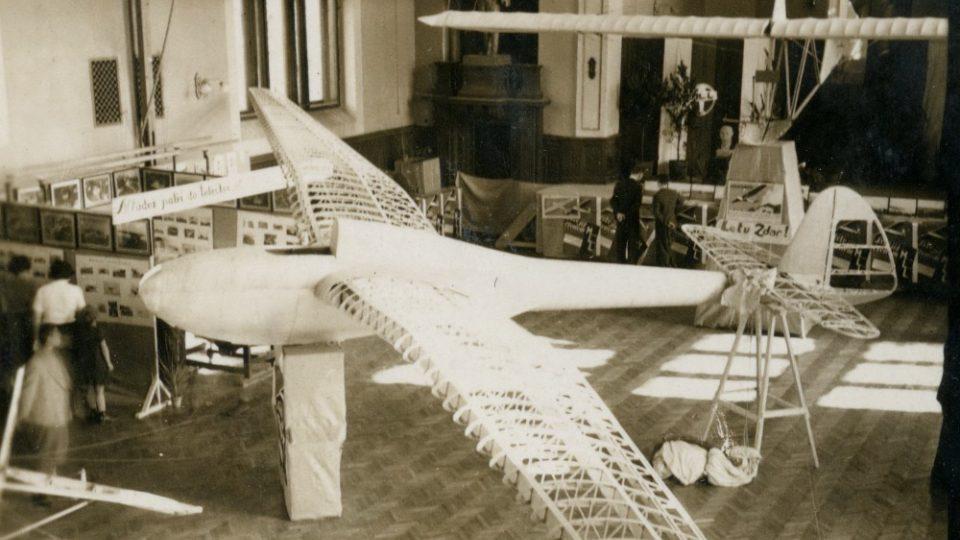 Letecká výstava v sokolovně ve Vysokém Mýtě v září 1936.  Ze sbírek Regionálního muzea ve Vysokém Mýtě