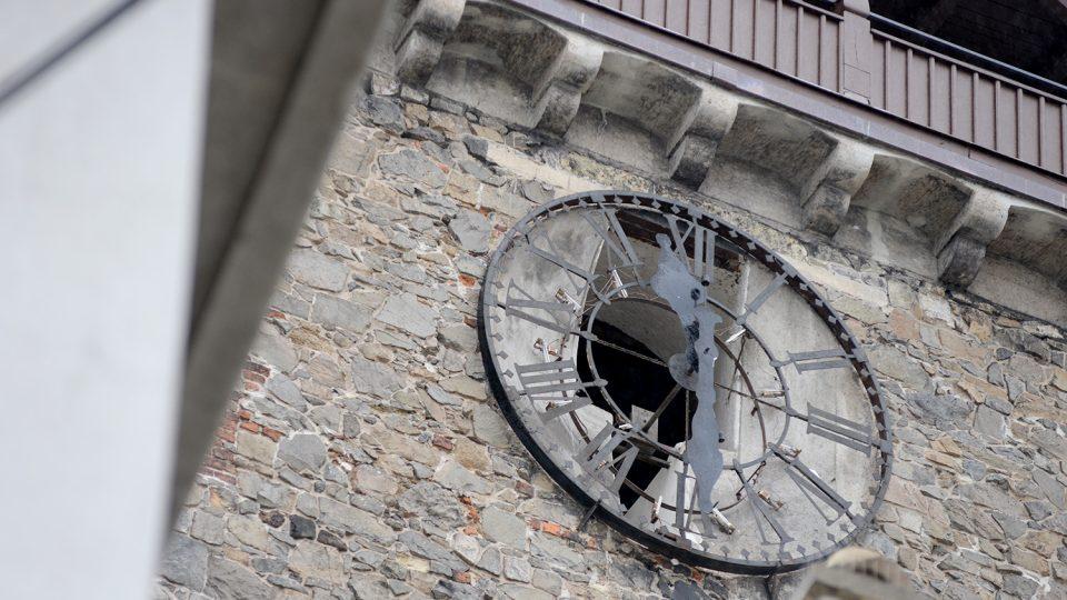 Vítr zničil ciferníky na Zelené bráně v Pardubicích