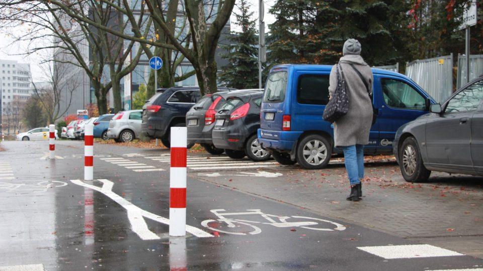 Parkují na chodníku i cyklostezce, varšavští řidiči si s veřejným prostorem hlavu nelámou