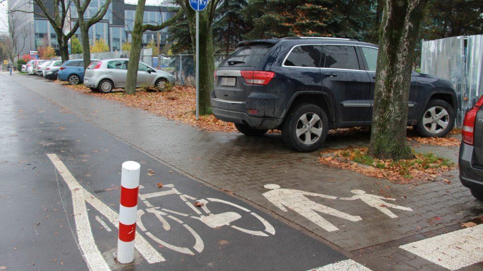 Couvající SUV by snadno mohlo zranit nebo i zabít chodce na chodníku