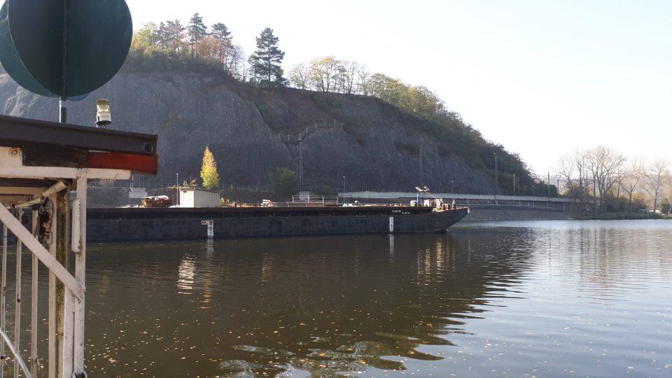 Přívoz občas kličkuje mezi velkými nákladními loděmi