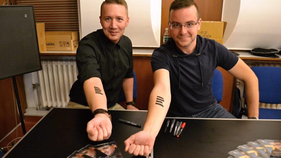 Moderátoři Pavel Janošec a Lukáš Kania s dočasným tetováním