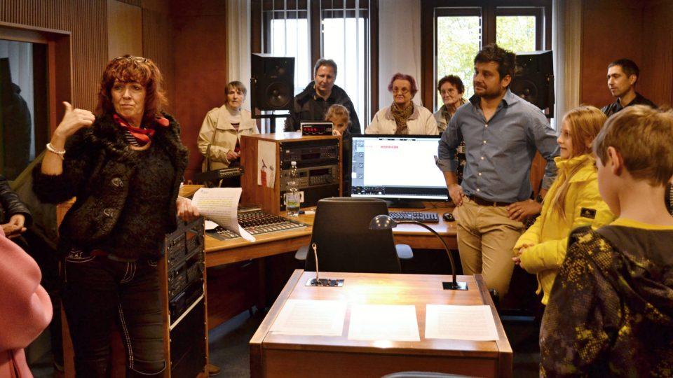 Redaktorka Dagmar Misařová se skupinkou v R3, kde své umění ukazoval mistr zvuku Aleš Huber