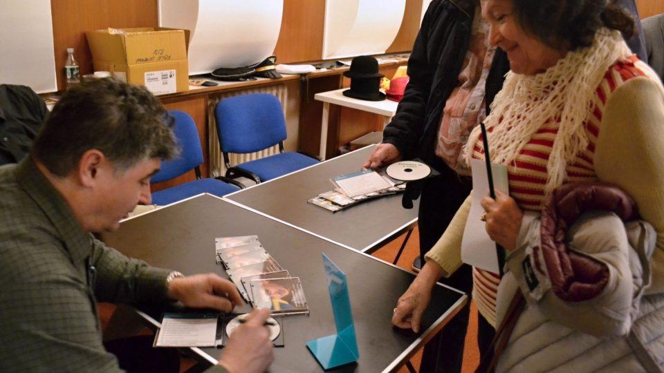 Oblíbený moderátor Artur Kubica podepisuje CD Zasmějte se s námi