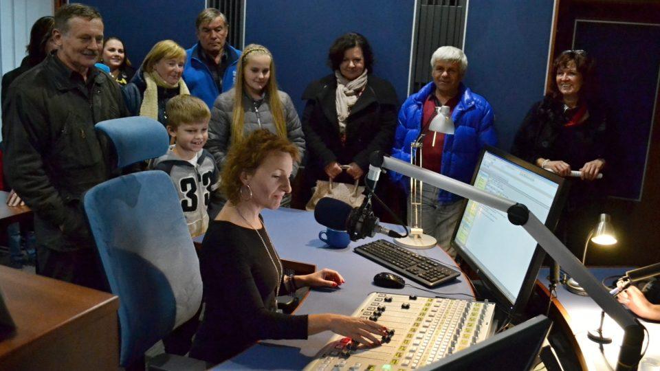 Vysílací studio s moderátorkou Kateřinou Huberovou