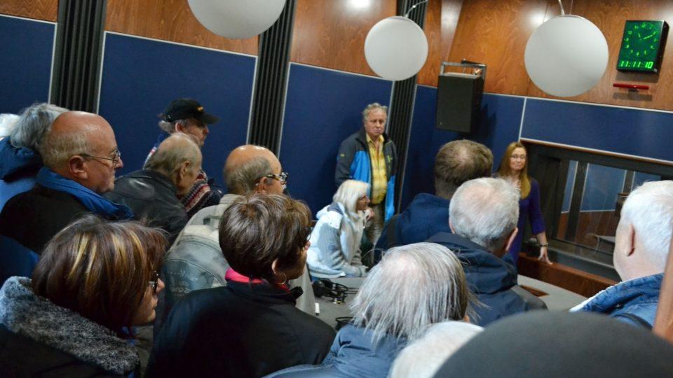 Návštěvníci ve studiu poslouchají výklad editorky Ivany Šulákové