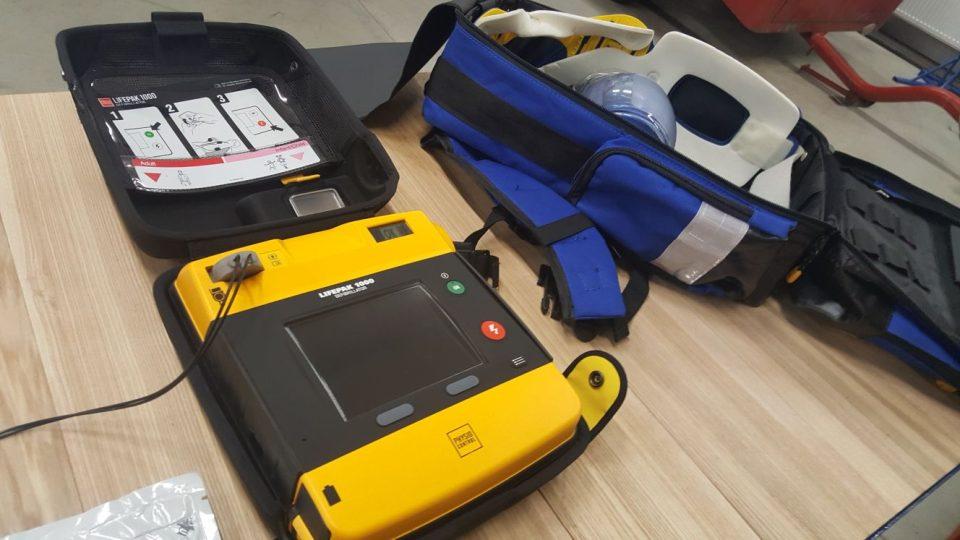 Automatický defibrilátor má zatím devět jednotek dobrovolných hasičů v odlehlých oblastech Jihočeského kraje