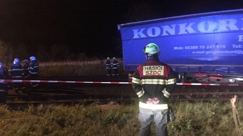 Na přejezdu v Chlumci nad Cidlinou narazil rychlík do kamionu. Naštěstí se nikomu nic nestalo