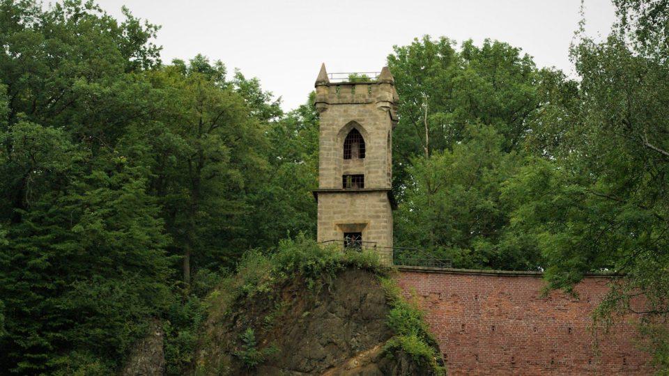 Romantická Milohlídka nad čedičovým lomem na vrchu Čeřovka