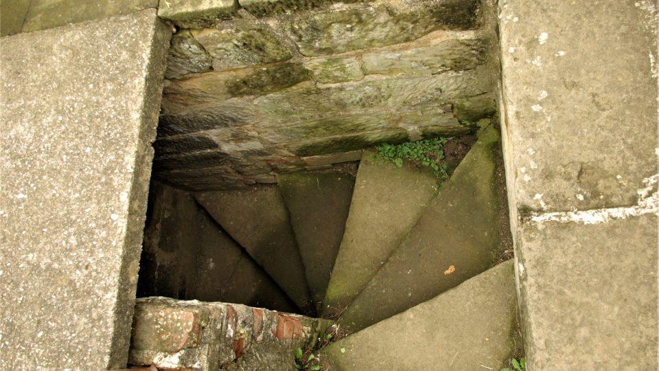 Točité pískovcové schodiště s šedesáti schody vede na vyhlídkovou plošinu nebo taky na cimbuří