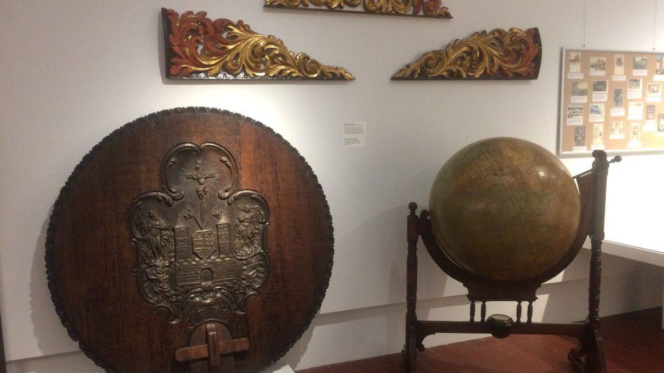 Dřevěné víko od sudu z roku 1774 z bílinského panství Lobkoviců a globus z roku 1912 z Berlína