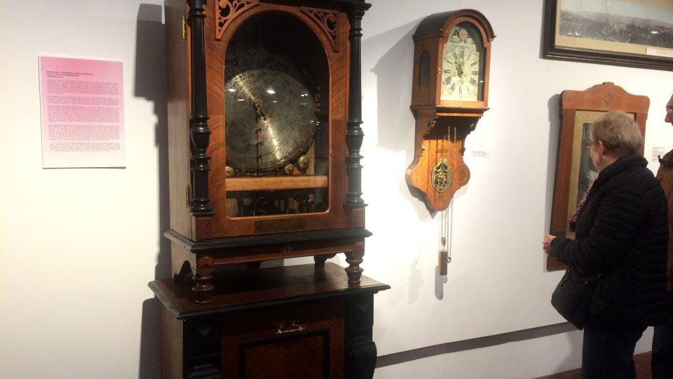 Hrací skříň z období kolem roku 1900 pochází z Lipska. Nástěnné hodiny jsou ze druhé poloviny 18. století z Holandska