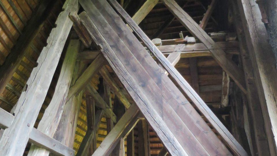 Dřevěná zvonice kostela byla postavena v druhé polovině 17. století