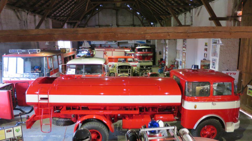 Expozice Hasičského muzea se nachází ve velké stodole ve středu obce