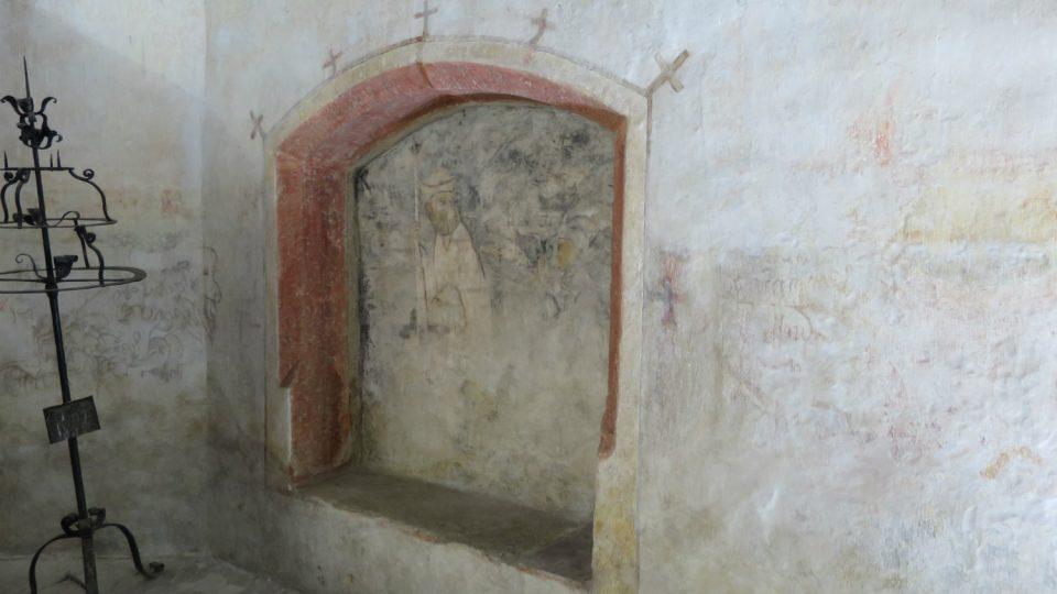 Gotická nástěnná malba poblíž oltáře snad souvisí s tématem založení kostela. Klečící postavou by mohla být královna Žofie