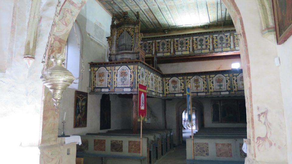Kostel má dvoupatrovou dřevěnou kruchtu, je ze 17. století
