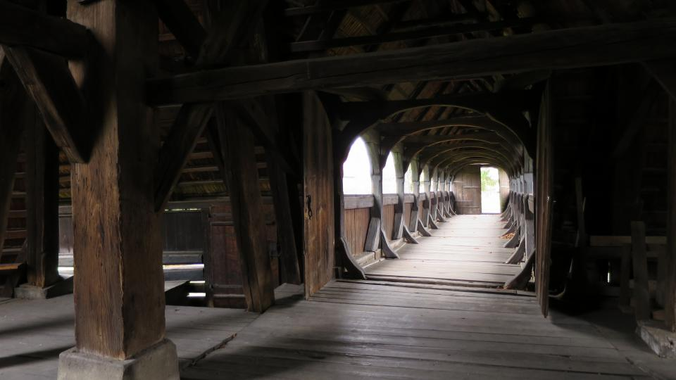 Pohled z dřevěné zvonice na barokní most