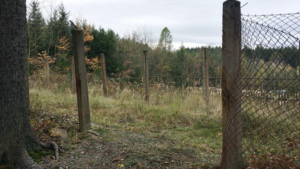 Dvojitý plot už na mnoha místech zcela chybí