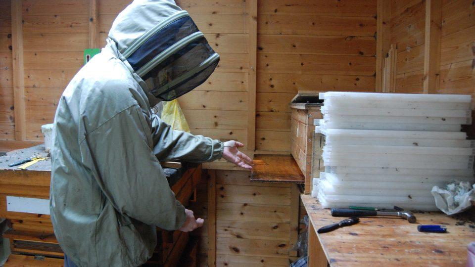 Včelař Bioni u jednoho ze svých úlů