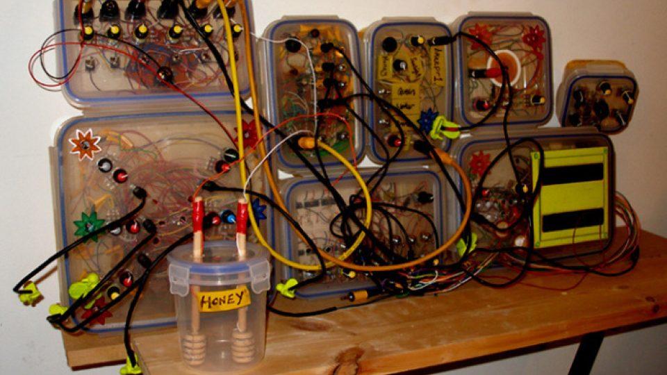 Syntezátor využívá med jako rezistor