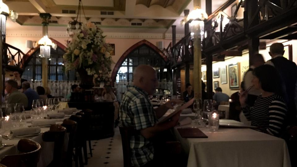 Většina turistů si přeje večeřet u stejného stolu, kde jedly i Vicky a Cristina z Allenova slavného snímku