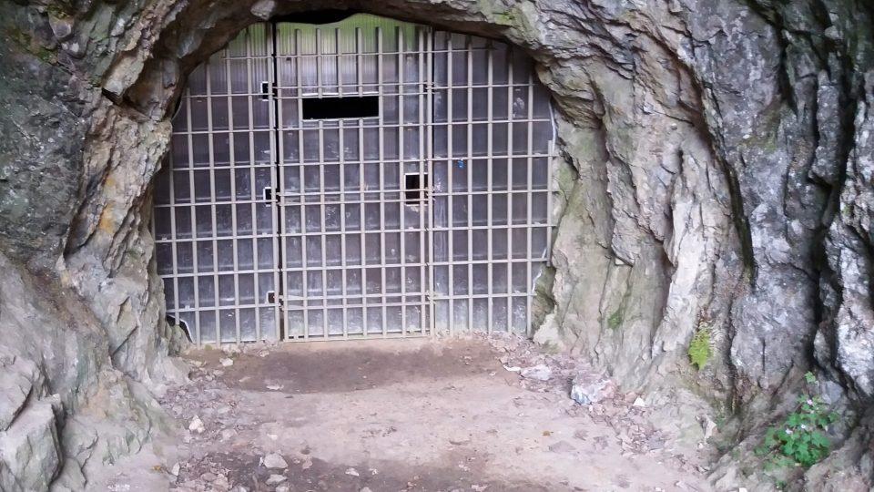 Dveře do jeskyně jsou pro veřejnost po většinu roku uzavřené