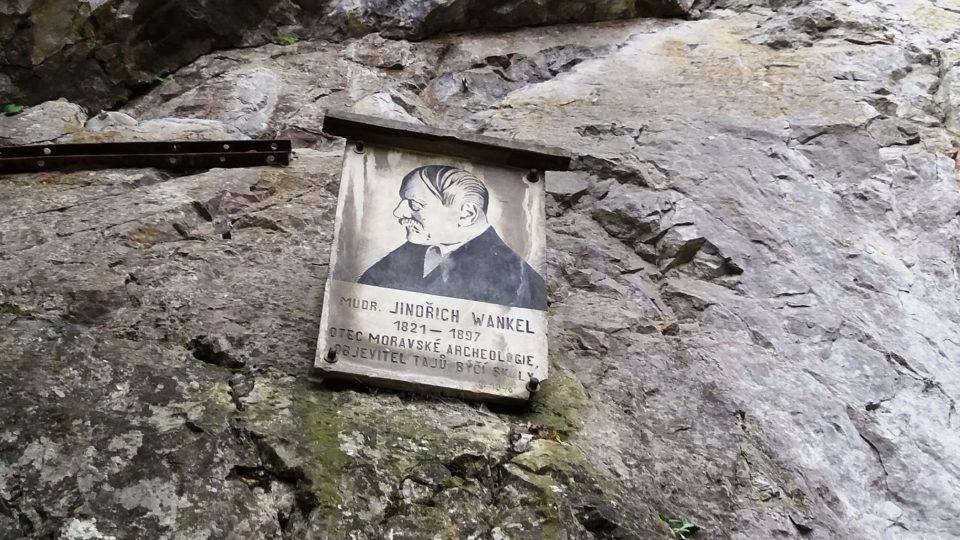 Před vchodem do jeskyně je památka na slavného archeologa