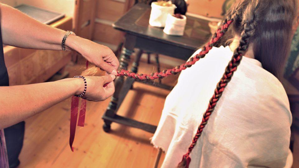Následné pletení copů, do nichž se proplétaly stuhy