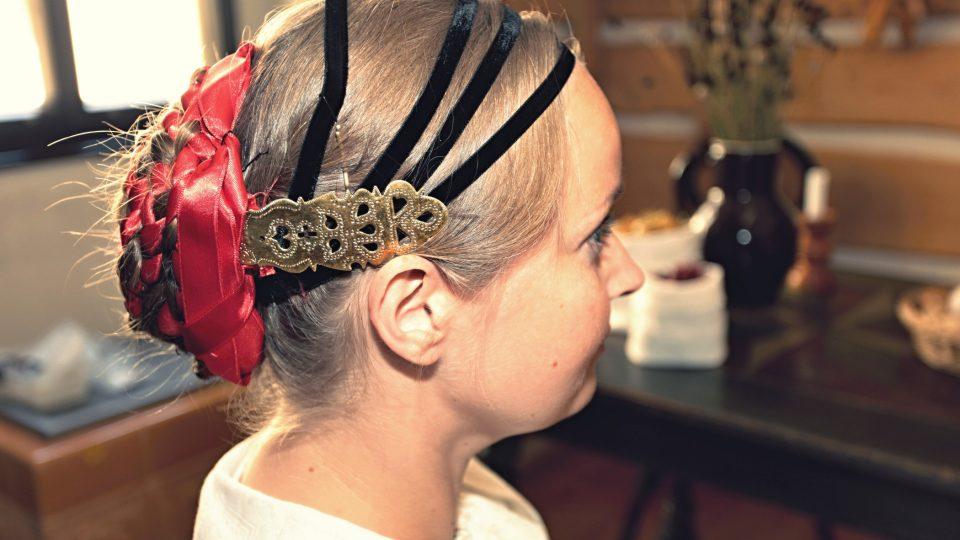 Varianta upevnění jehlice, pokud měla nevěsta velké množství vlasů.