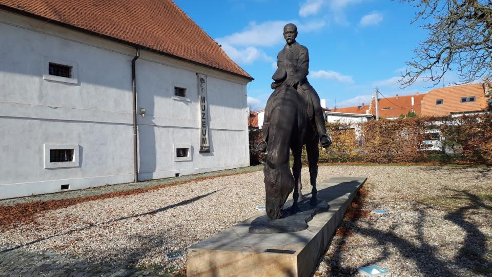 Jezdecká socha T. G. Masaryka před Muzeem v Lánech