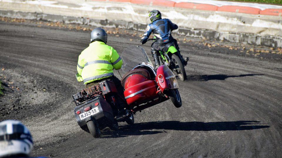 Motocykl se sajdkárou na oválu ploché dráhy