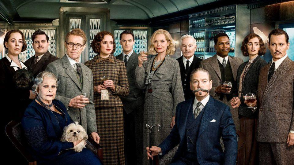 Kenneth Branagh (sedící vpravo dole) jako Hercule Poirot ve vlastní filmové adaptaci Vraždy v Orient expresu Agathy Christie