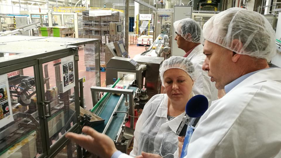 Roman Chudaš vysvětluje postup balení těstovin