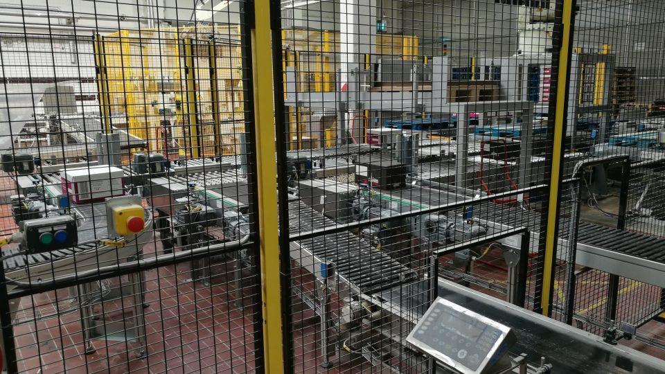 Výrobní hala je plná různých zařízení