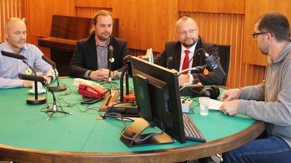 Debata jihočeských poslanců ve studiu České rozhlasu České Budějovice. Moderoval Filip Černý (vpravo)