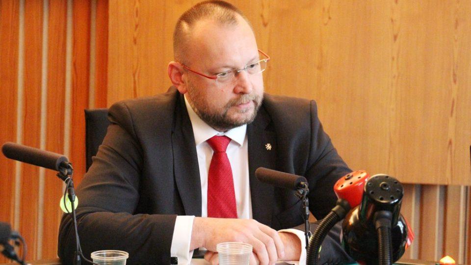 Debata jihočeských poslanců ve studiu České rozhlasu České Budějovice. Na snímku Jan Bartošek (KDU-ČSl)