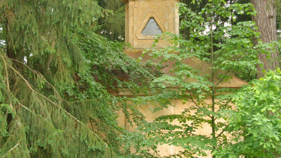 Kapli Nejsvětější Trojice u Ostružna  ukrývá bujný porost