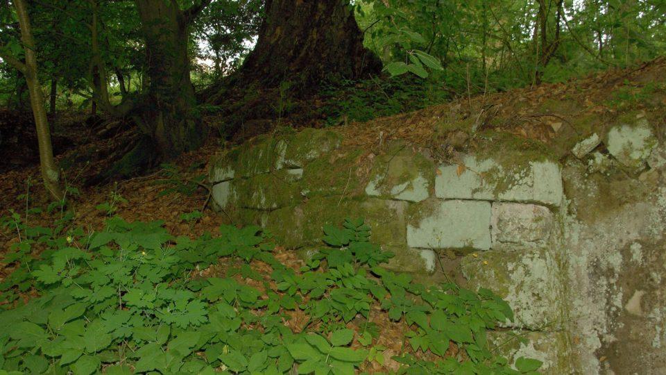 Lázně u Ostružna stávaly pod kaplí Nejsvětější Trojice. Dnes už  si jejich podobu můžeme jen domýšlet