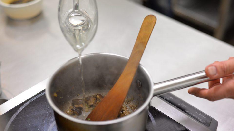 Najemno nakrájíme šalotku. Orestujeme ji na másle, přidáme snítku tymiánu, hříbky, sůl, čerstvě namletý barevný pepř a smetanu