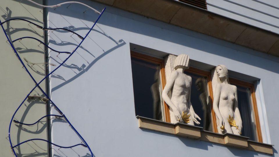Fasádu domu nedaleko mariánského sloupu zdobí plastiky sochaře Olbrama Zoubka