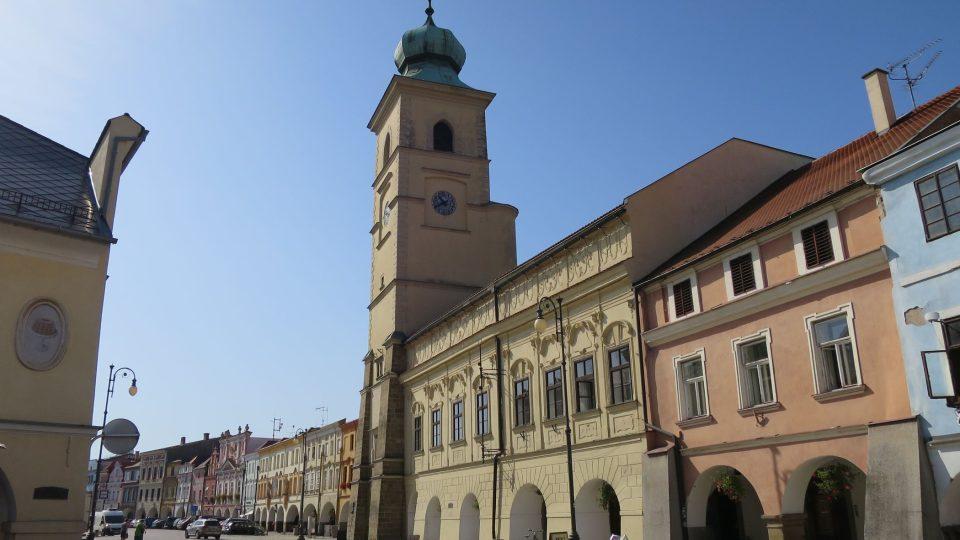 Litomyšlská stará radnice byla postavena v roce 1418, ve zdi najdete český loket i značku výšky vody při velké povodni v roce 1781