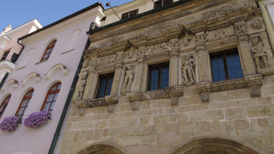 Renesanční Dům U Rytířů vyzdobil ve čtyřicátých letech 16. století kameník Blažek