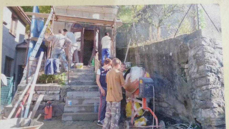 Fotky z doby, kdy mládež novojičínské farnosti pracovala na obnově kapliček