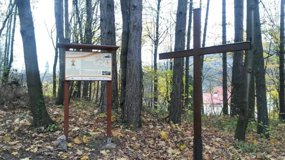 Kapličky na hoře Kotouč už kvůli těžbě vápence nestojí. A tak chybějící zastavení nahradila mládež alespoň prostými dřevěnými kříži