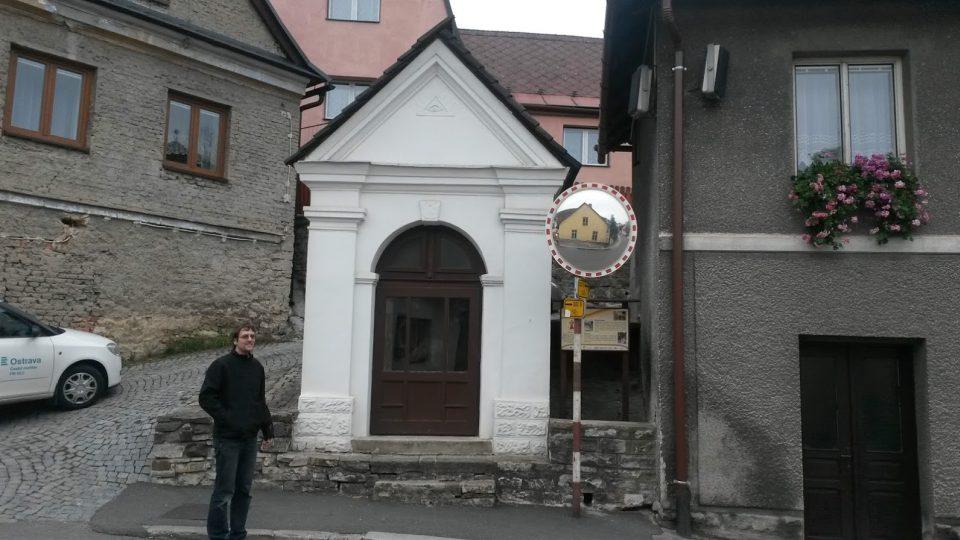 Některé kapličky stojí osamoceně, jiné jsou vklíněny do okolní zástavby. Před kapličkou ve Štramberku stojí farní vikář Jakub Vavrecka