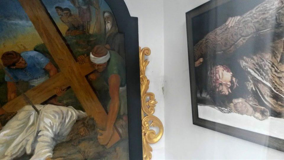 Obrazy uvnitř jedné kapličky. Ten vpravo namalovala jedna z dívek z novojičínské křesťanské mládeže
