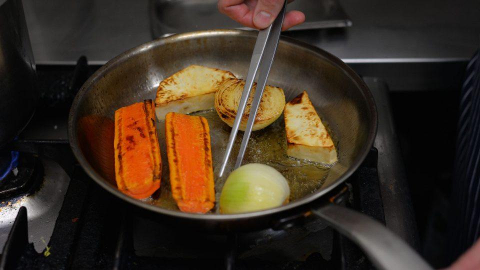 Zeleninu si nakrájíme a opečeme ji na pánvi na másle dozlatova